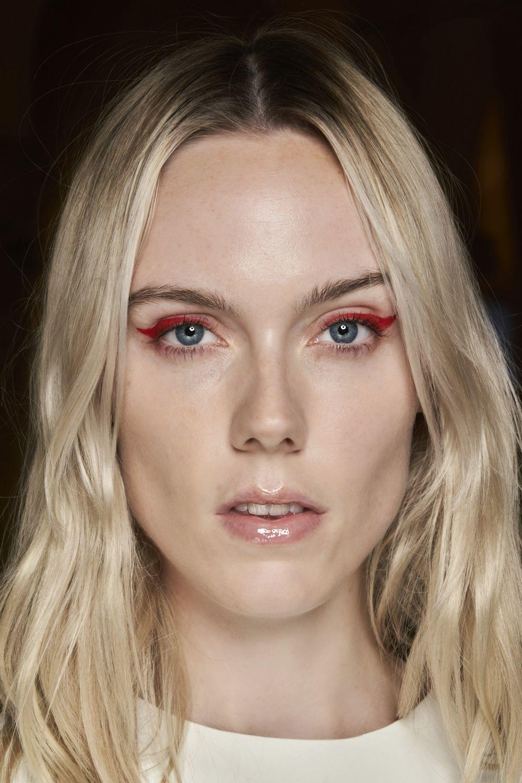 También se llevará el eyeliner en rojo sobre un rostro trabajado y luminoso con la base de maquillaje.