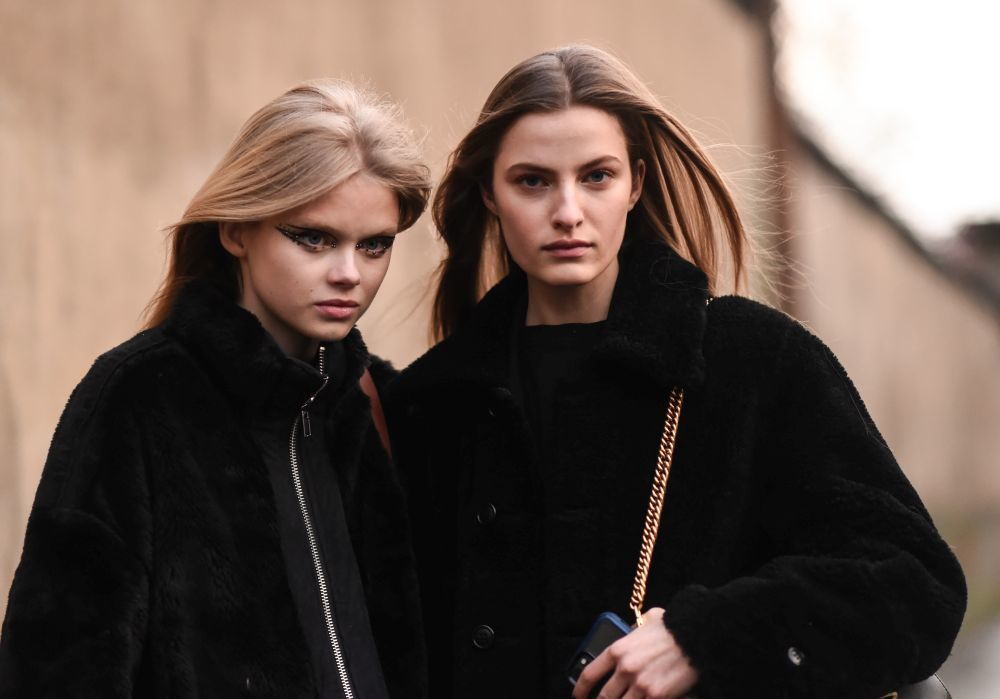 Muy gráfico y con adornos, hemos visto eyeliners de lo más espectaculares incluso en el street style de la pasarela de París.