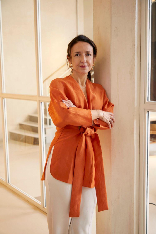 Ana Vertedor con kaftán naranja de Jorge Vázquez, pantalón blanco...