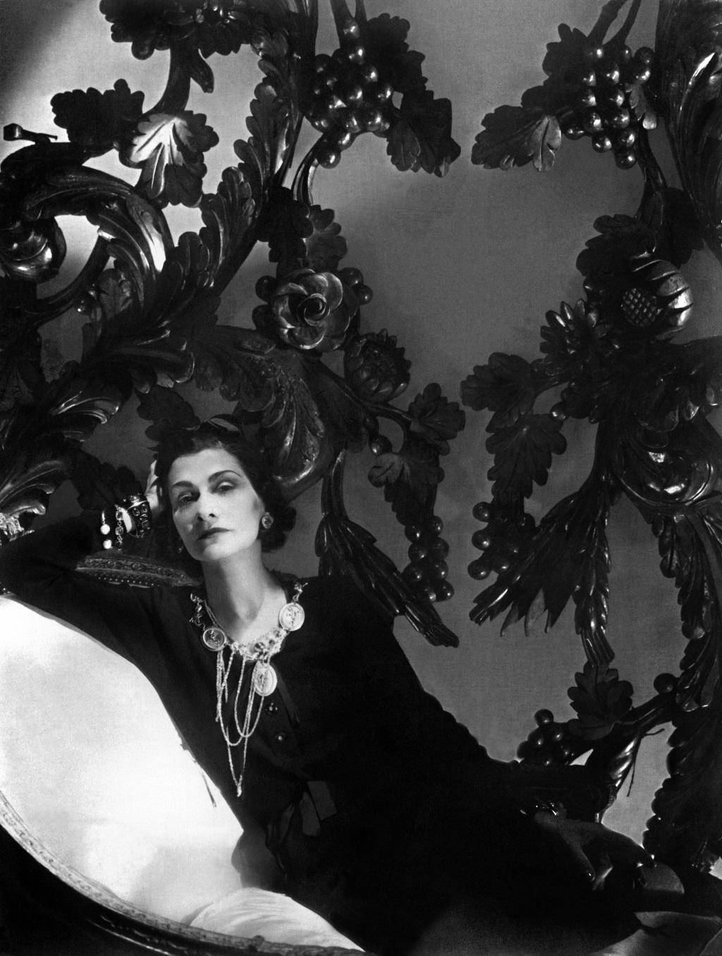 """""""La belleza absoluta la tiene el negro y el blanco. Viste con uno u otro y en mitad de una fiesta solo habrá ojos para ti"""", decía Coco, quien durante años se uniformó en negro."""