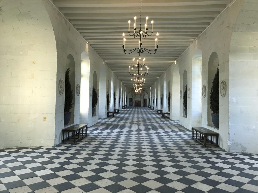 Recuerda al juego del ajedrez. En blanco y negro, la Galería Real de la que hablamos en el texto.