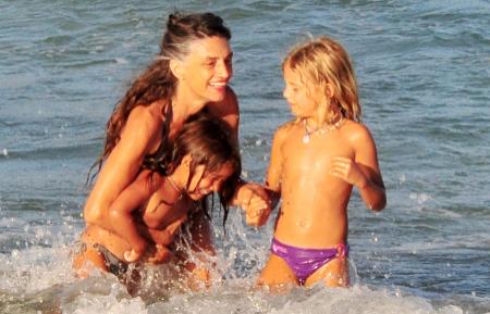 En Ibiza, mostrando una magnífica figura en bikini.