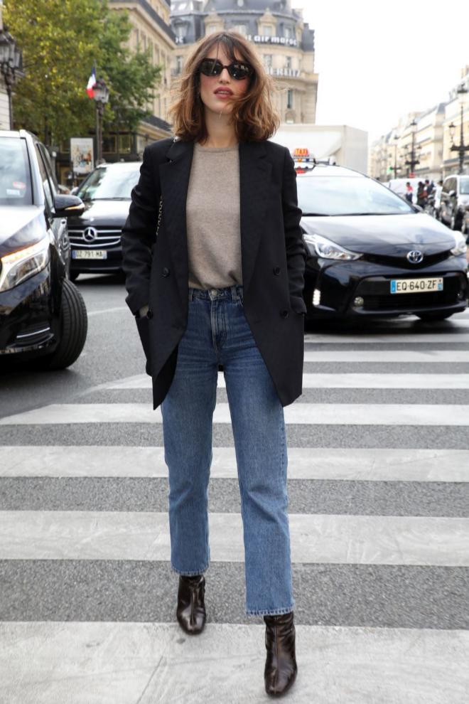 Jeanne Damas con jeans y blazer.