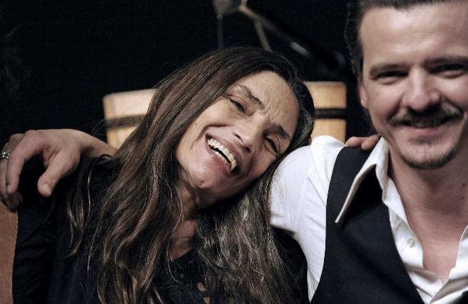 Con el cantante Coque Malla, interpretando juntos una canción (2014).