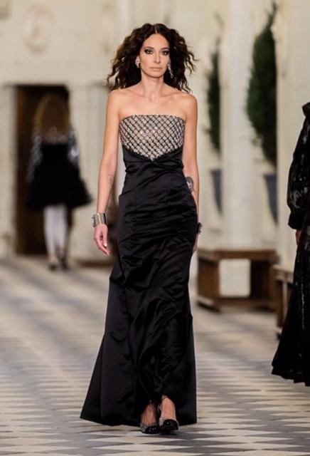 Amanda Sánchez, que fue musa y modelo de pruebas de Lagerfeld, lució en vestido escogido por Penélope.