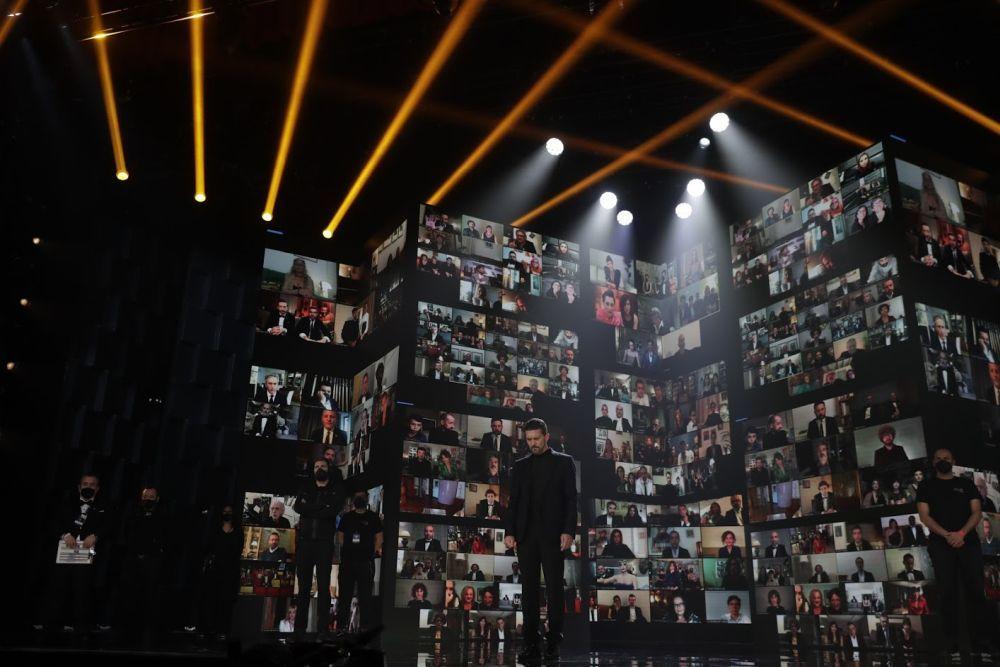 Antonio Banderas, durante el minuto de silencio en homenaje a las víctimas del Covid. (Academia de Cine)