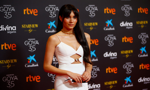 La cantante Aitana vestida de Versace.