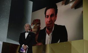 Mario Casas recibe virtualmente el Premio Goya