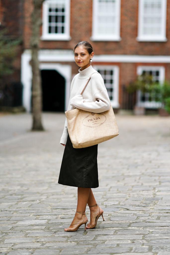 Jenny Walton con falda midi y sandalias de tiras.