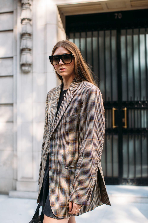 Look de street style con gafas de sol oversize.