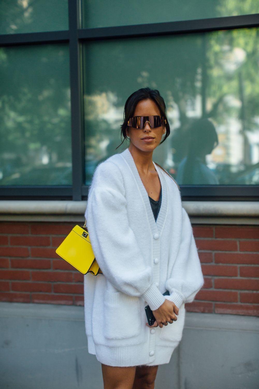 Nina Urgell con gafas de sol futuristas.