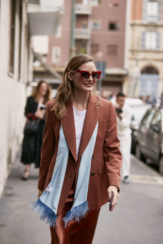 Olivia Palermo con gafas de sol de estética retro.