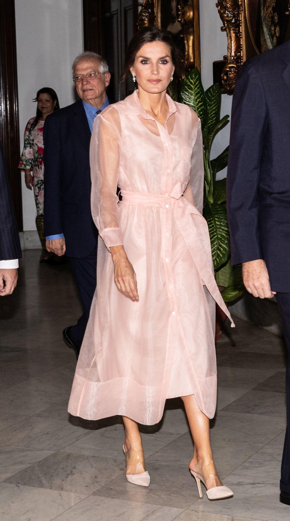 Doña Letizia con un vestido de organza de Maje.