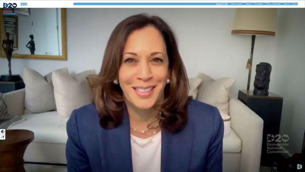 Kamala Harris, vicepresidenta de EEUU, en videoconferencia, con un...
