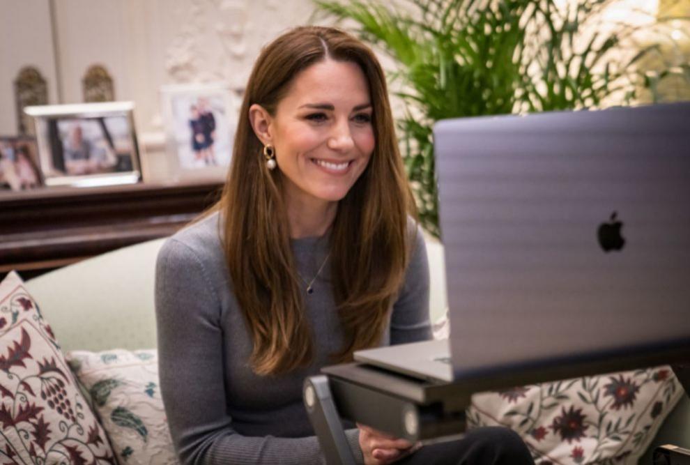 Kate Middleton realizando una videollamada.