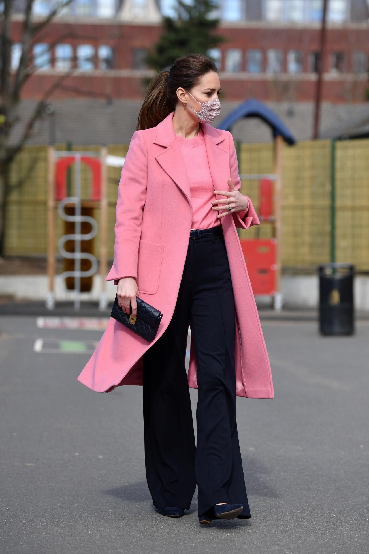 La duquesa de Cambridge con un look protagonizado por el color rosa.