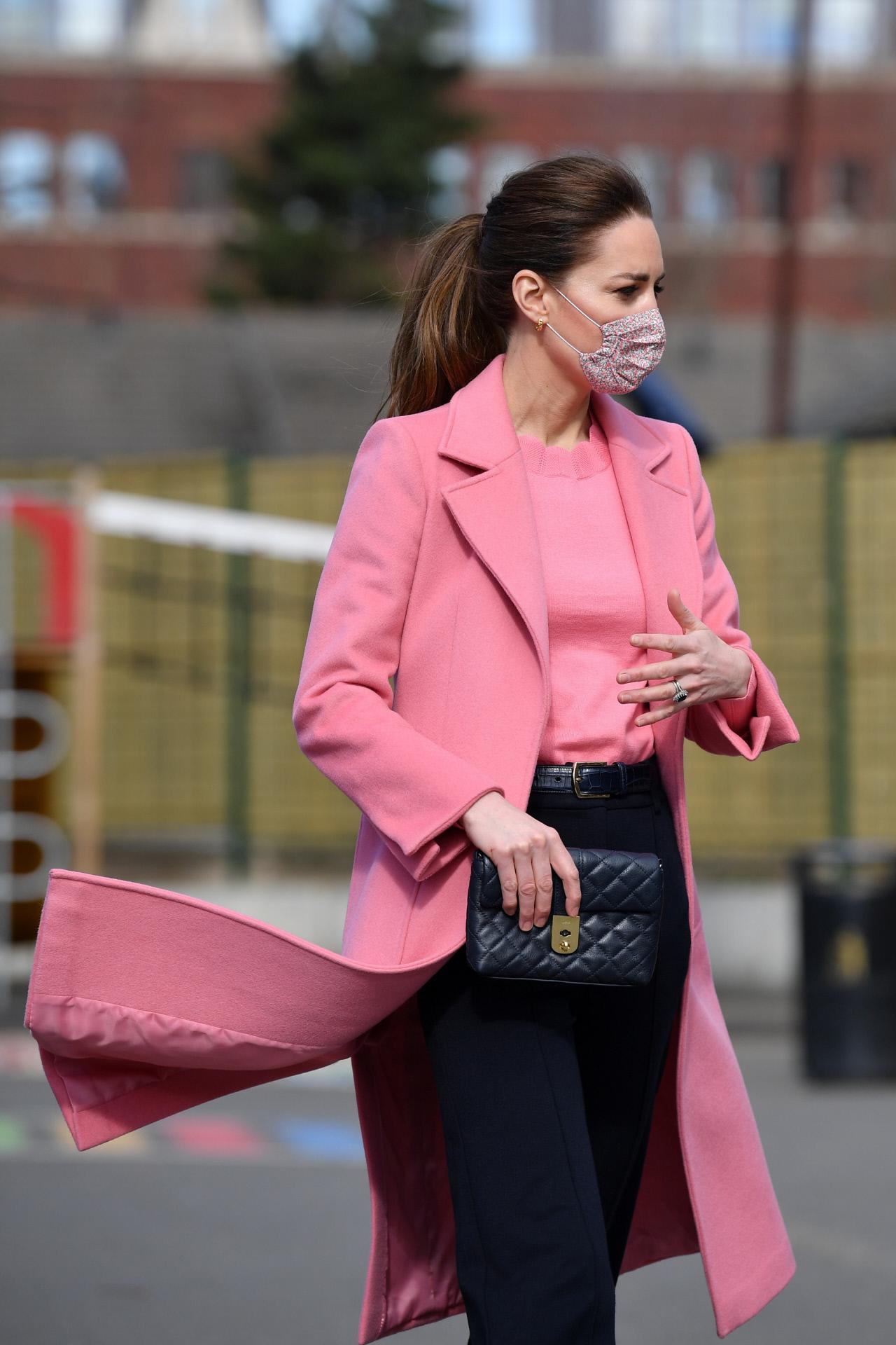 Kate Middleton visitando una escuela infantil.