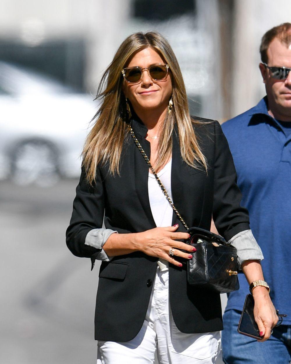 Las mechas foilyage con matices miel de Jennifer Aniston llenas de brillo inspiran todos nuestros looks de pelo largo a cualquier edad.
