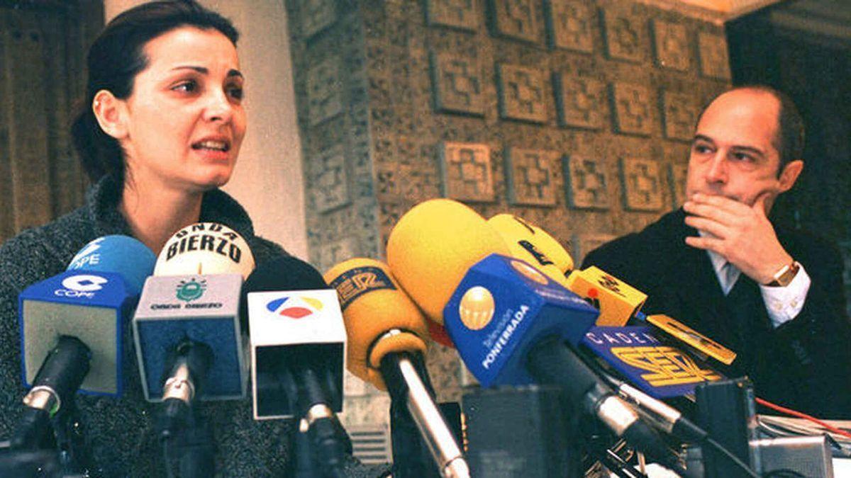 Nevenka, en la rueda de prensa en la que transmitió su dimisión y el acoso que había sufrido por parte del alcalde de Ponferrada.