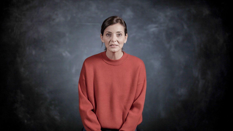 Fotograma de Nevenka hablando a cámara para contar su historia, ya disponible en Netflix.