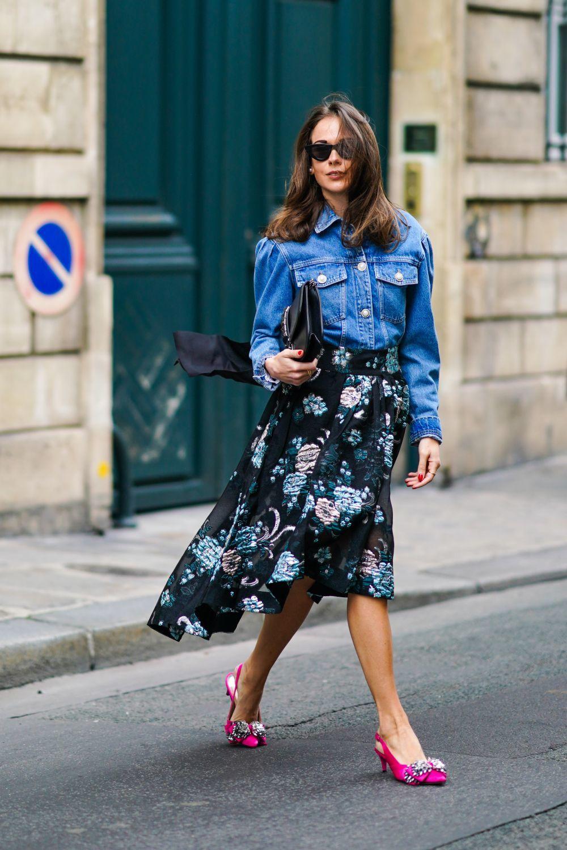 Combinación de chaqueta vaquera y falda floral.