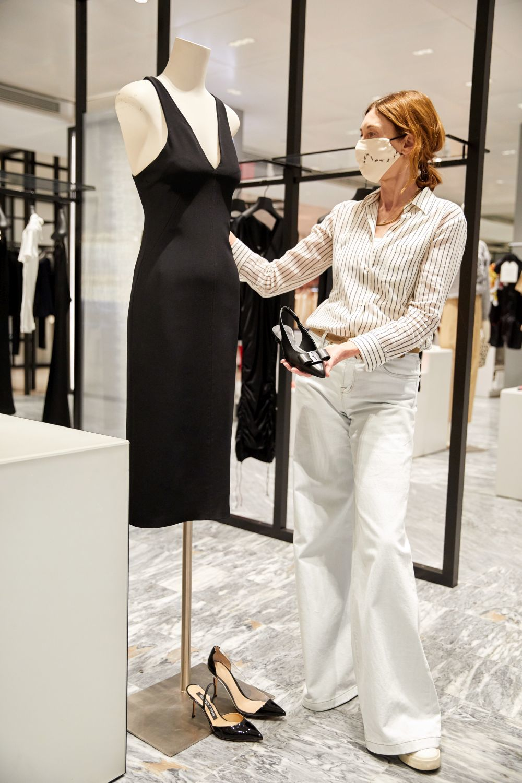 Blanca Unzueta eligiendo un vestido negro de Numero 21.