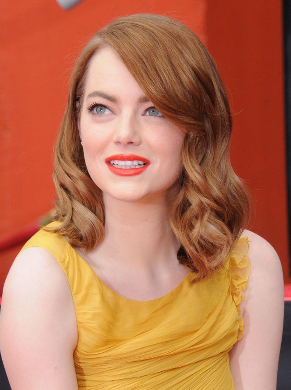 Los aceites de pelo, antes del lavado, le permiten a Emma Stone lucir un pelo más brillante.
