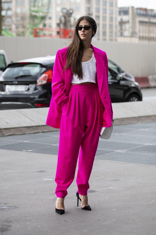 Gilda Ambrosio con un sastre rosa.