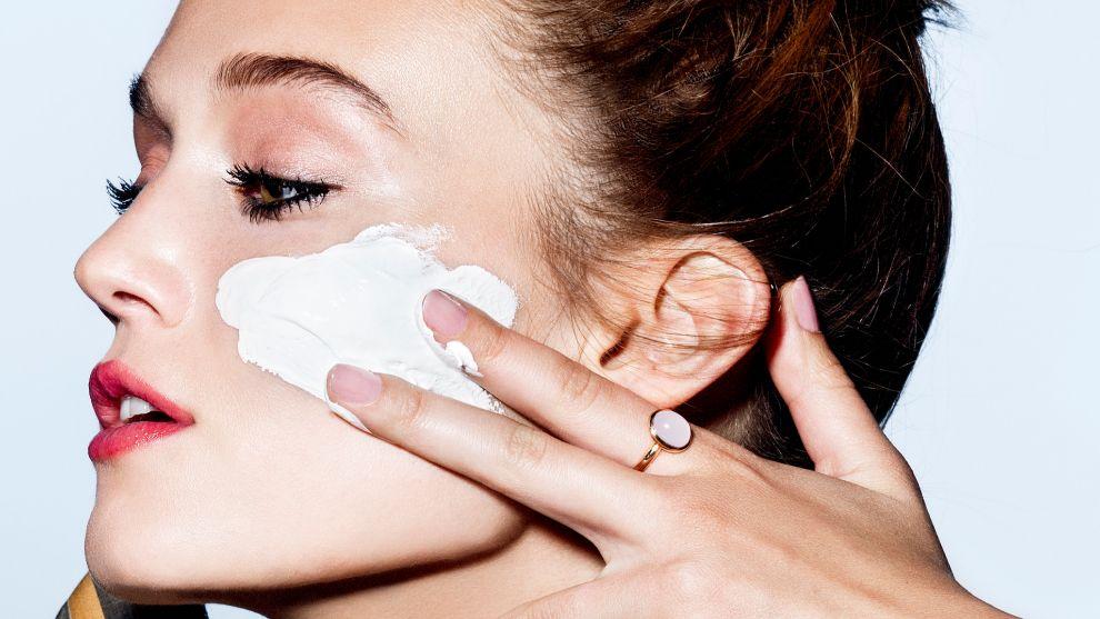 Aplicando crema sobre la cara.
