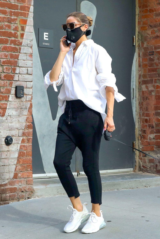 Olivia Palermo con pantalón tipo chándal.