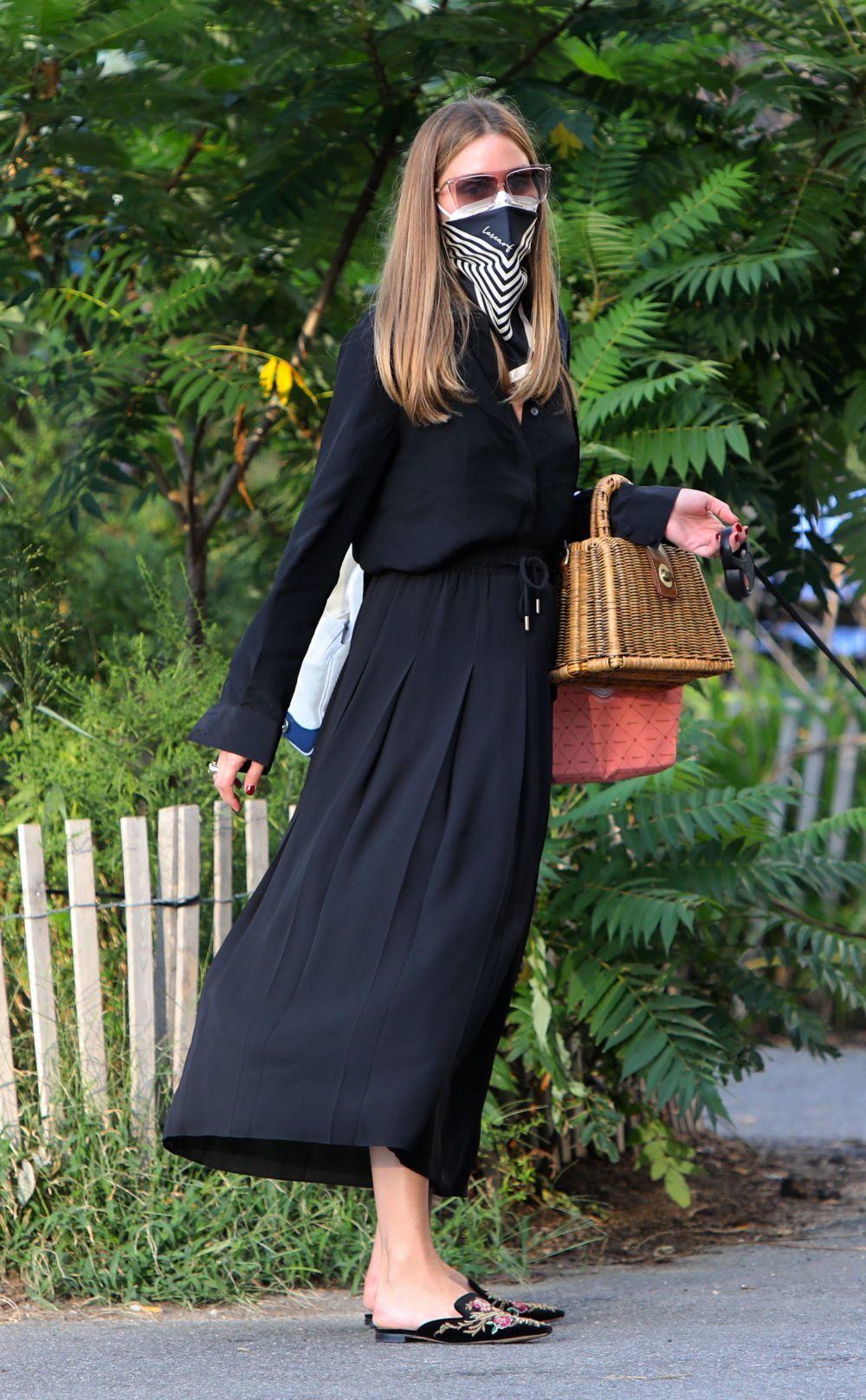 Olivia Palermo con falda con toque sporty.