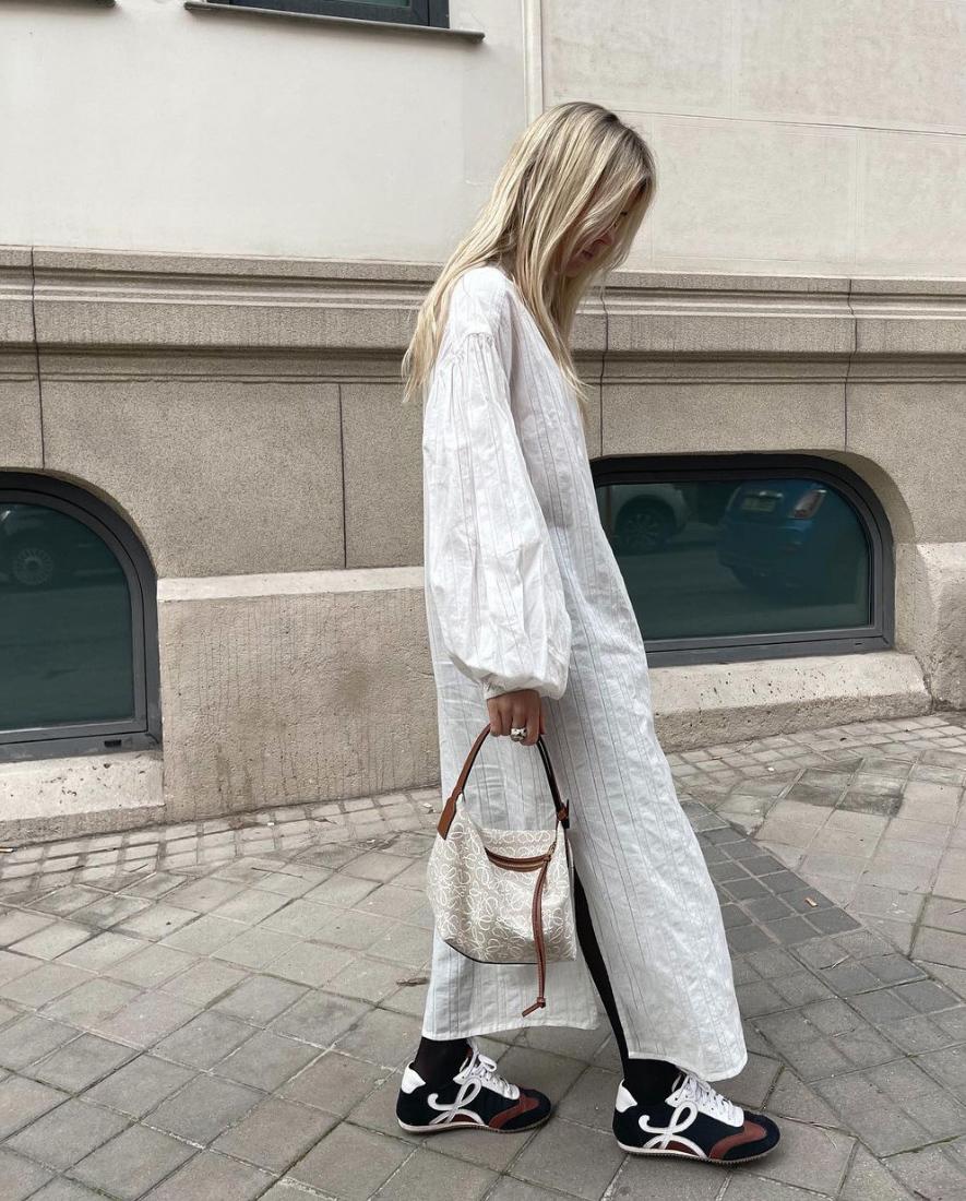 Mónica Anoz con las zapatillas Flow Runner de Loewe.