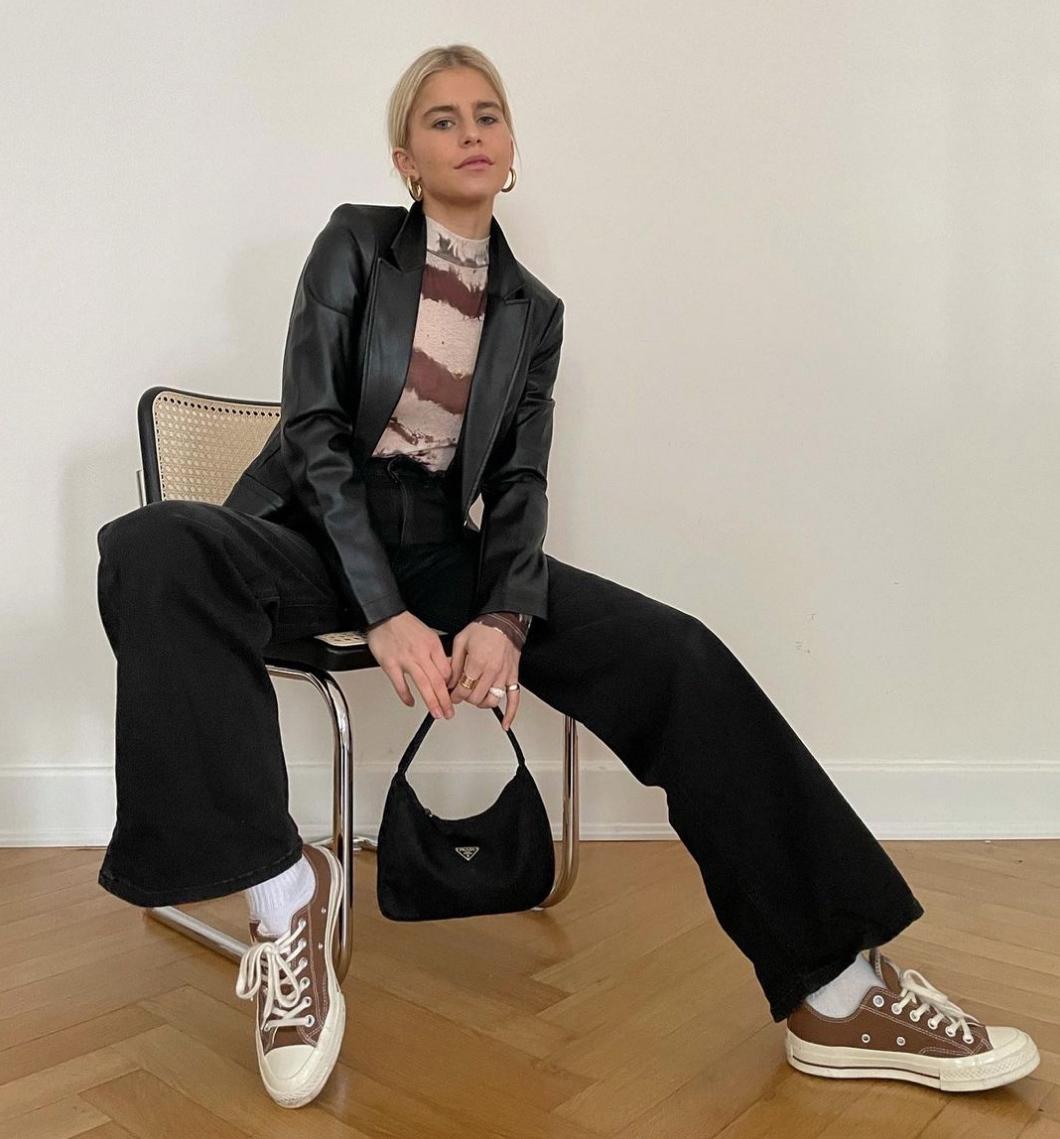 Caroline Daur con zapatillas Converse.