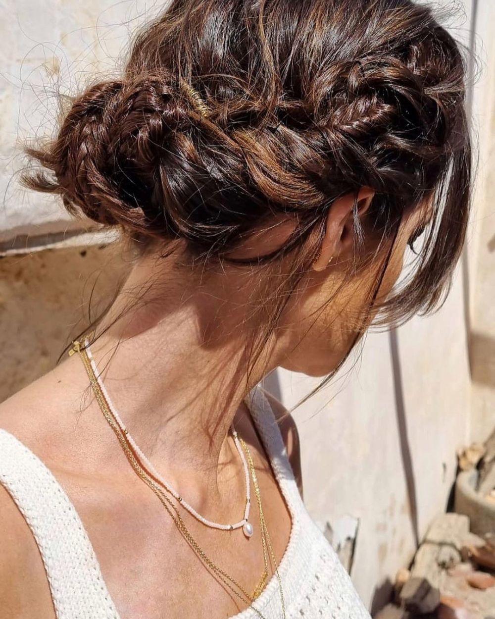 Las trenzas boho se esconden en el recogido romántico de Sara Carbonero y nos encanta este look de pelo relajado para media melena como para pelo largo.