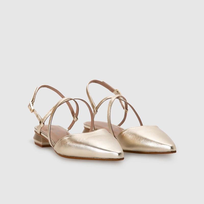 Zapato de piel en color oro de Gloria Ortiz.