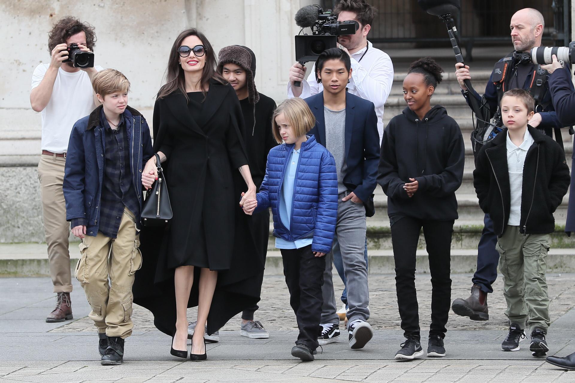 Angelina Jolie junto a sus hijos Maddox, Zahara, Shiloh, Pax, Knox y Vivienne en París, en una imagen de 2018.