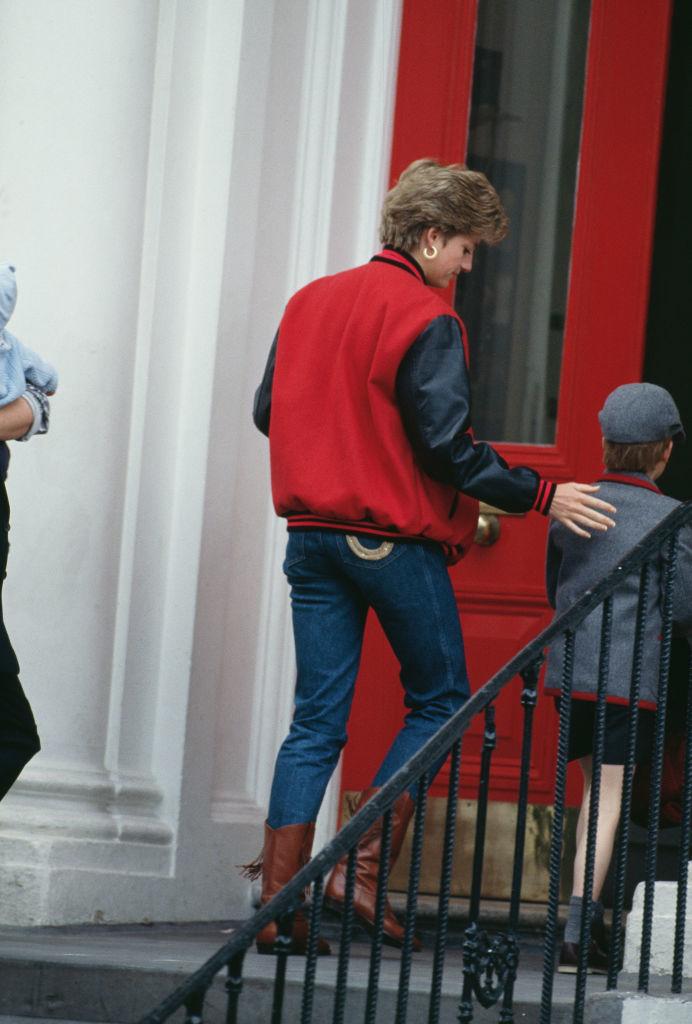 Lady Di llevando a Harry a la escuela en abril de 1992.