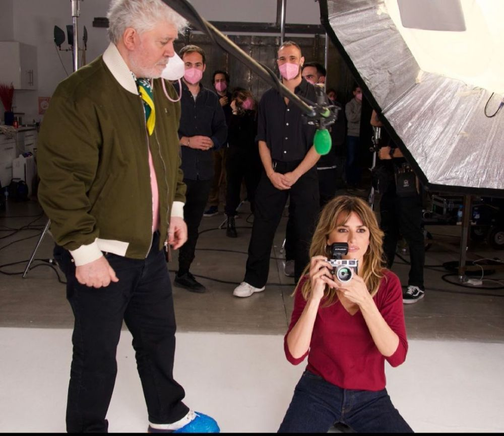 """Penélope Cruz con su nuevo look de pelo con corte a capas, flequillo y mechas rubias canela en el rodaje de la película """"Madres paralelas"""" junto a Pedro Almodóvar."""