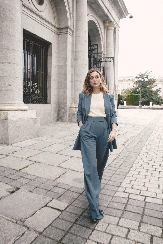 Marta hazas en el Teatro Real de Madrid con sastre azul con maxipantalónn de Max Mara, jersey de punto crudo de Uniqlo, pendientes de aro de Joys y zapatos de tacón de Úrsula Mascaró.