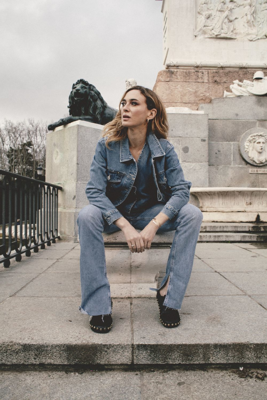 Marta Hazas en la Plaza de Oriente con cazadora y chaleco denim de Scalpers, vaquero corte 90s de Zara y zuecos de piel negros con tachas de Zara.