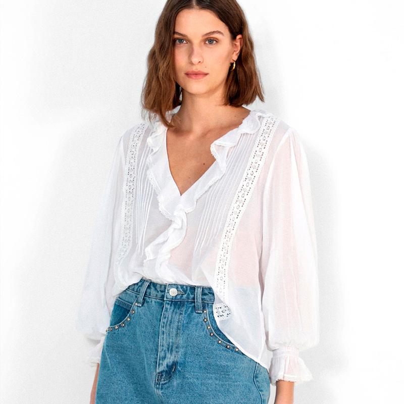 Camisa con escote en uve.