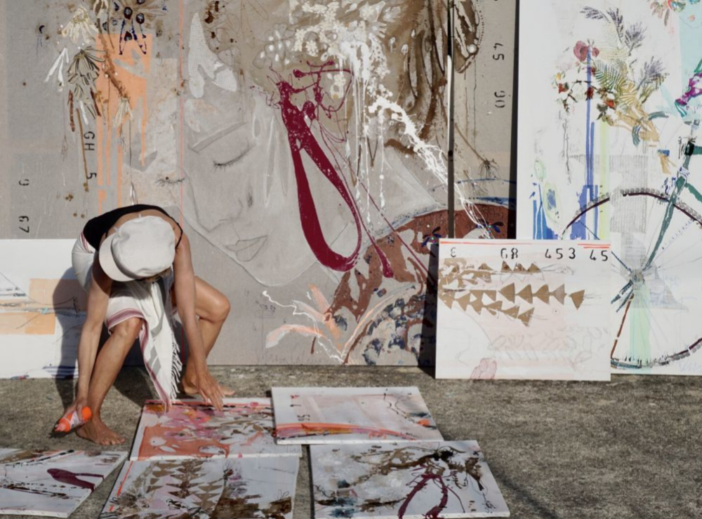 La artista Calderón en pleno proceso creativo.