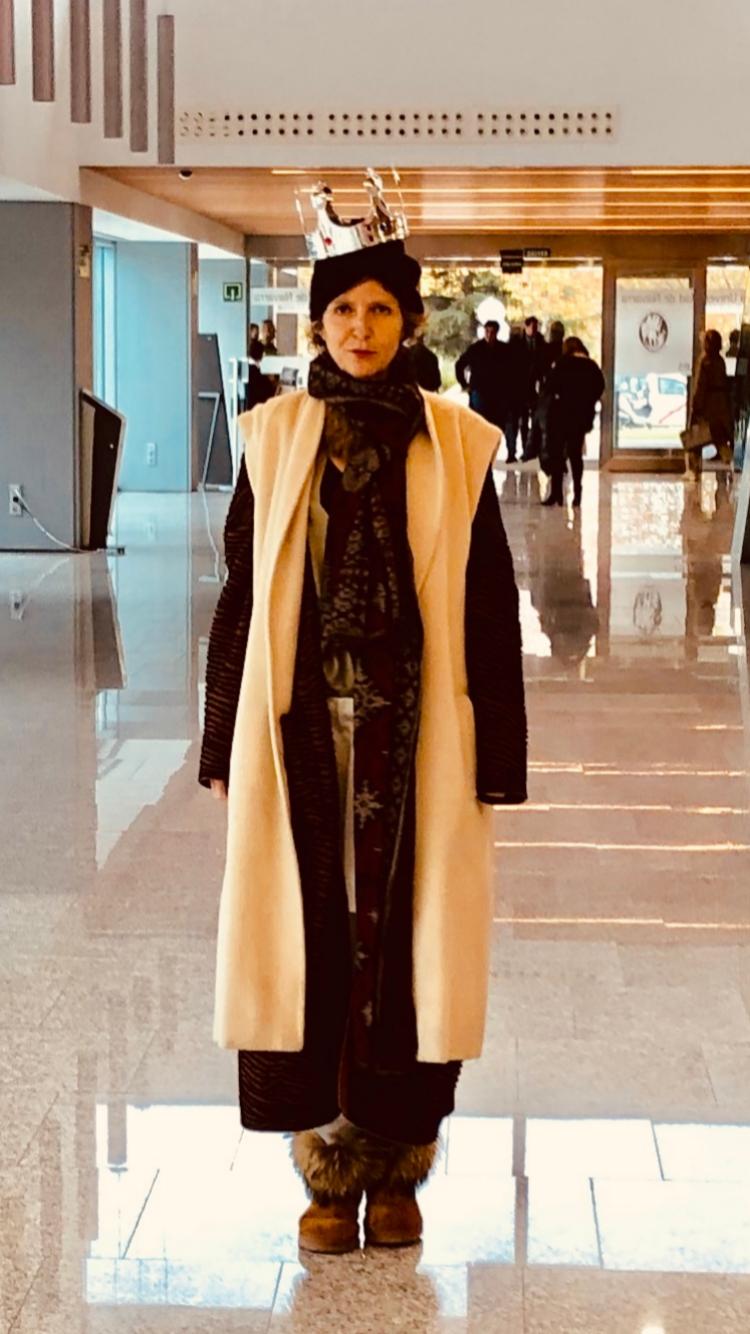 El día en que Teresa Calderón salió del hospital, tras el alta, con su corona.