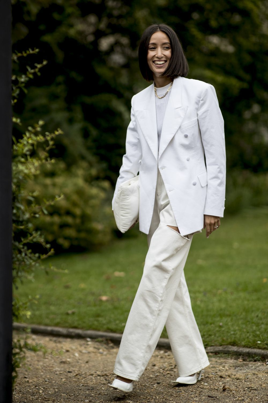 Look de street style con jeans blancos.