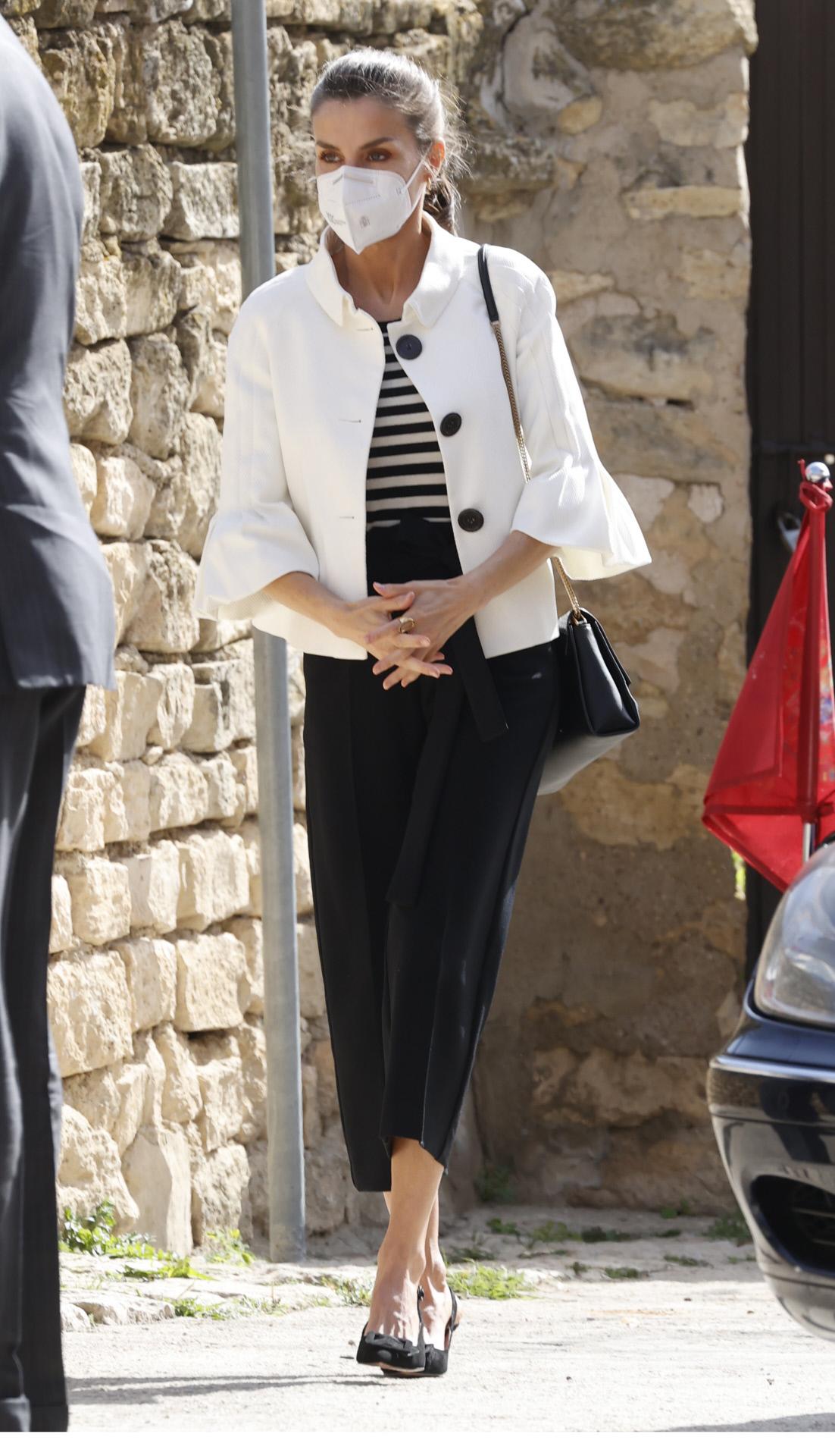Look de la reina Letizia, con chaqueta de Varela y camiseta de rayas.