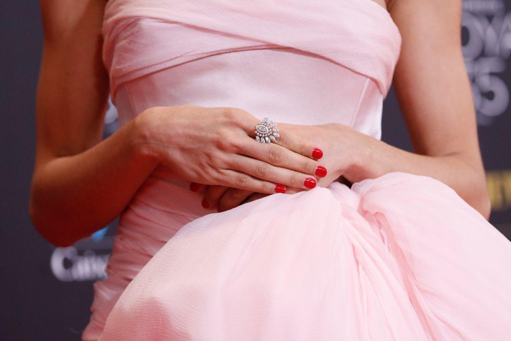 La actriz Hiba Abouk con una manicura roja con anillo en los Premios Goya 2021.