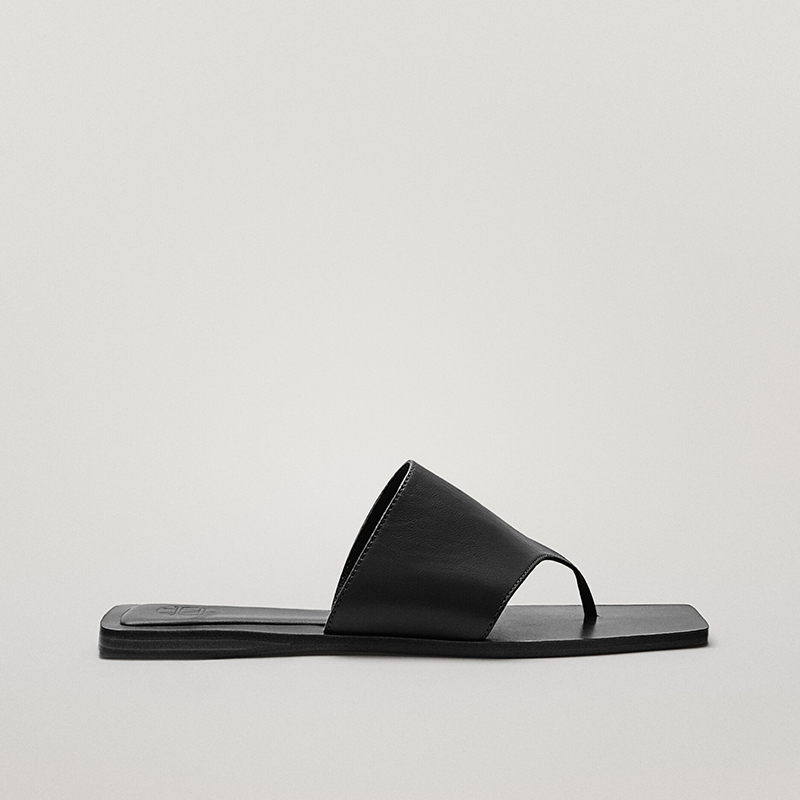 Sandalia plana de piel.