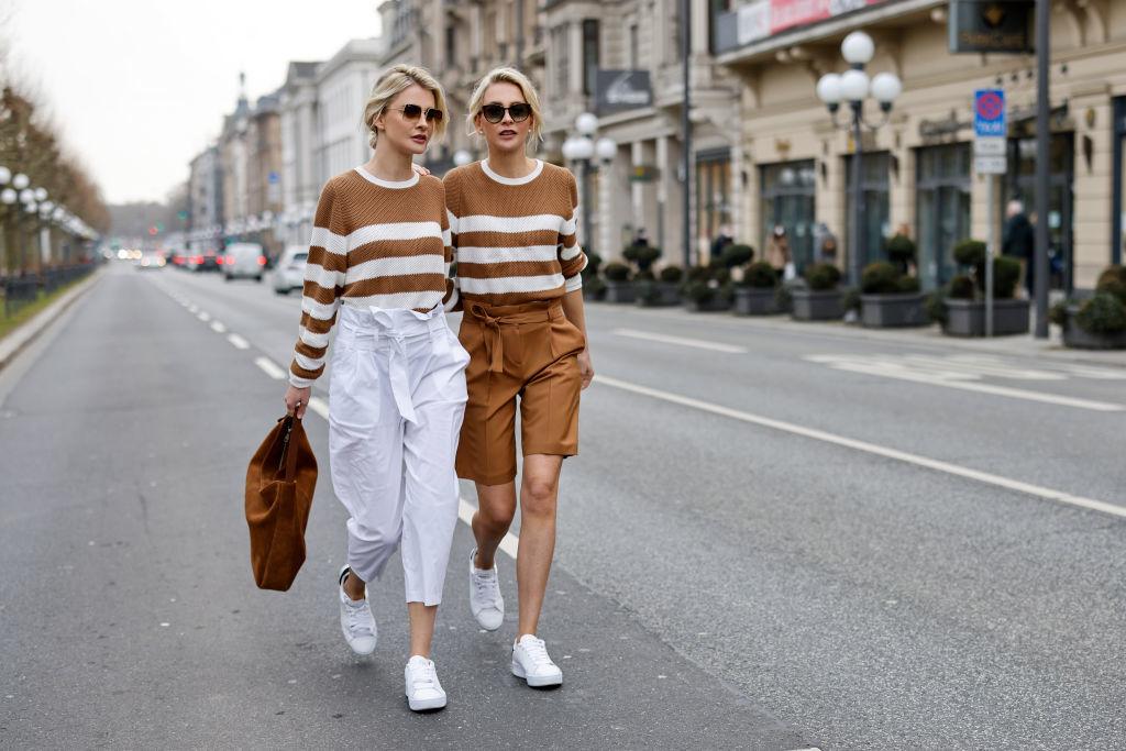 Las gemelas Meise en las calles de Wiesbaden, Alemania.