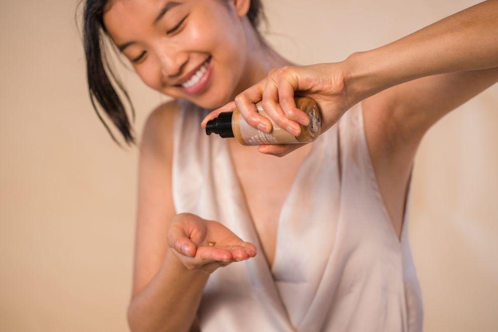 Aplica el Glow Edition Body Oil en tu piel y deja que haga magia.