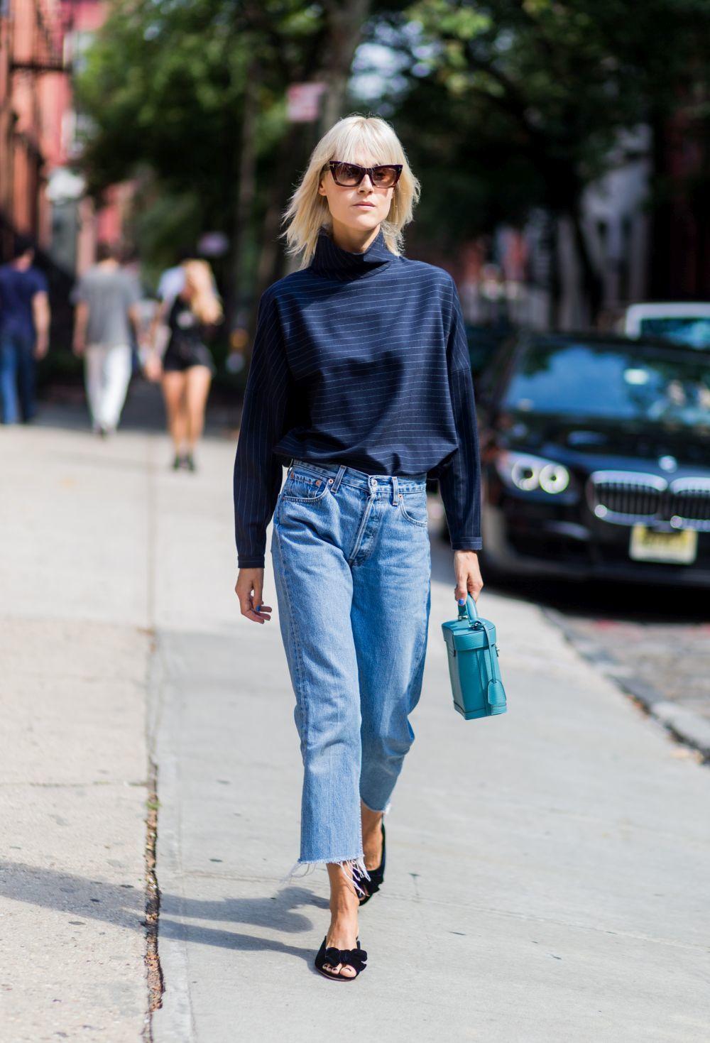 Jeans con blusa y sandalia plana.